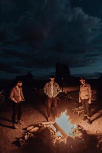 Friends around camp fire, Trona Pinnacles, California, USの写真素材 [FYI03616884]