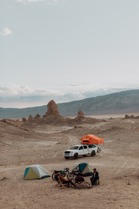 Motorcyclist road trippers around camp fire, Trona Pinnacles, California, USの写真素材 [FYI03616887]