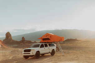 Off road vehicle with tent, Trona Pinnacles, California, USの写真素材 [FYI03616889]