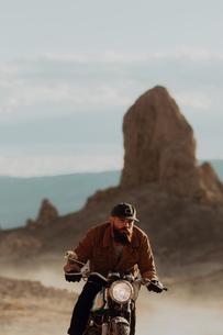 Motorcyclist riding in desert, Trona Pinnacles, California, USの写真素材 [FYI03616890]