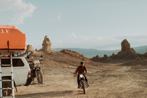 Motorcyclist riding in desert, Trona Pinnacles, California, USの写真素材 [FYI03616892]