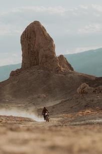 Motorcyclist riding in desert, Trona Pinnacles, California, USの写真素材 [FYI03616894]