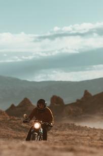 Motorcyclist riding in desert, Trona Pinnacles, California, USの写真素材 [FYI03616896]