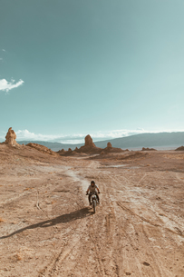 Motorcyclist riding in desert, Trona Pinnacles, California, USの写真素材 [FYI03616904]