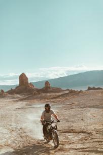 Motorcyclist riding in desert, Trona Pinnacles, California, USの写真素材 [FYI03616906]