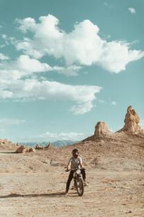 Motorcyclist riding in desert, Trona Pinnacles, California, USの写真素材 [FYI03616909]