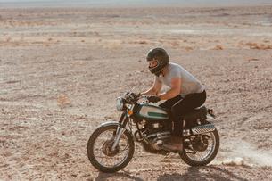 Motorcyclist riding in desert, Trona Pinnacles, California, USの写真素材 [FYI03616913]
