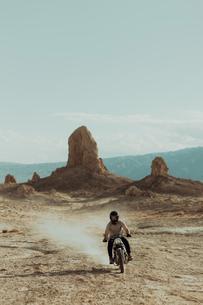 Motorcyclist riding in desert, Trona Pinnacles, California, USの写真素材 [FYI03616916]