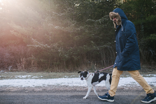 Man walking dog in countrysideの写真素材 [FYI03617076]