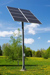 Solar energy collector panels mounted on metal post in field, Quebec, Canadaの写真素材 [FYI03617109]