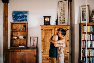 Couple hugging at homeの写真素材 [FYI03617262]