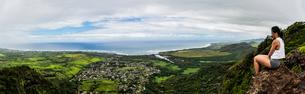 Hiker on top of mountain, Kuilau Ridge Trail, Kauai, Hawaiiの写真素材 [FYI03617386]