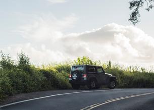 Four wheel drive by roadside on road to Hana, Maui, Hawaiiの写真素材 [FYI03617393]
