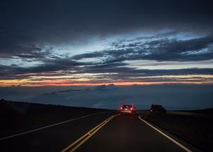Cars travelling at night, Haleakala, Maui, Hawaiiの写真素材 [FYI03617415]