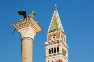 Bronze Winged Lion column and Campanile Bell tower, St Mark's square, Venice, Veneto, Italyの写真素材 [FYI03617915]