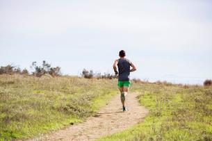 Runner jogging on cliff top, Santa Barbara, California, USAの写真素材 [FYI03617938]