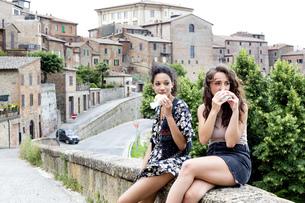 Friends having snack, Citt・della Pieve, Umbria, Italyの写真素材 [FYI03618015]