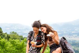 Friends having snack, Citt・della Pieve, Umbria, Italyの写真素材 [FYI03618016]
