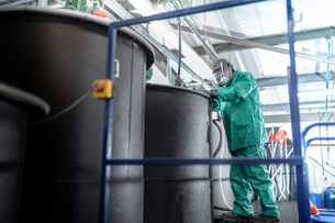 Worker at mixing tanks in chemical factoryの写真素材 [FYI03618036]