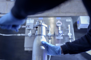 Engineer pressure testing component in engineering factoryの写真素材 [FYI03618064]