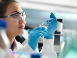 Scientist preparing new drug for clinical trial in laboratoryの写真素材 [FYI03618098]