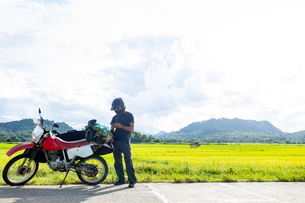 Motorcyclist stopping by roadside, Camalaniugan, Cagayan, Philippinesの写真素材 [FYI03618162]