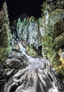 Mountain river at night, long exposure, Bad Hofgastein, Salzburg, Austriaの写真素材 [FYI03618334]