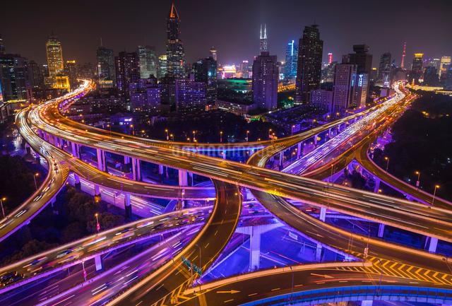 Nine dragon intersection at night, high angle view, Shanghai, Chinaの写真素材 [FYI03618355]
