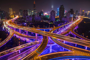Nine dragon intersection at night, high angle view, Shanghai, Chinaの写真素材 [FYI03618355]
