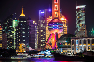 Pudong skyline with Oriental Pearl Tower at night, Shanghai, Chinaの写真素材 [FYI03618366]