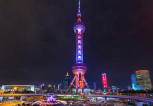 Oriental Pearl Tower at night, Shanghai, Chinaの写真素材 [FYI03618371]