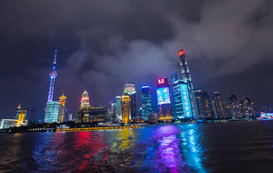 Pudong skyline with Oriental Pearl Tower at night, view from star ferry, Shanghai, Chinaの写真素材 [FYI03618372]
