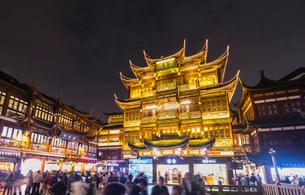Yixiulou in Yu Garden at night, Shanghai, Chinaの写真素材 [FYI03618375]