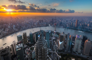 Pudong skyline and Huangpu river at sunset, high angle view, Shanghai, Chinaの写真素材 [FYI03618381]