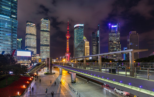 Pudong skyline with Oriental Pearl Tower and elevated walkway at night, Shanghai, Chinaの写真素材 [FYI03618382]