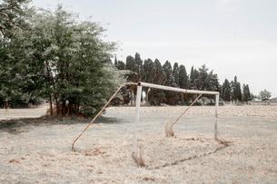Broken football goalpost, Tuscany, Italyの写真素材 [FYI03618805]