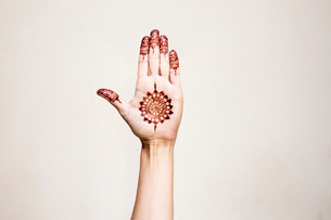 Hand with henna tattoo making gestureの写真素材 [FYI03618903]