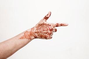 Hand with henna tattoo making gestureの写真素材 [FYI03618907]