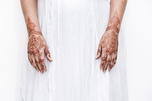 Woman in white dress with henna tattoo on handsの写真素材 [FYI03618908]