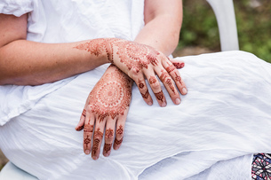 Woman in white dress with henna tattoo on handsの写真素材 [FYI03618912]