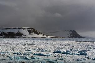 Sea ice coastal landscape and storm clouds, Wahlenberg fjord, Nordaustlandet, Svalbard, Norway.の写真素材 [FYI03618968]