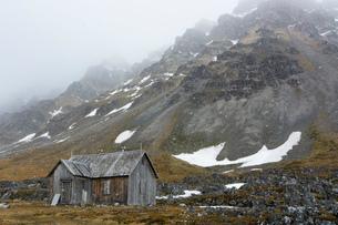 Abandoned cabin in mountain landscape. Varsolbukta, Bellsund bay, Van Mijenfjorden,, Spitsbergen, Svの写真素材 [FYI03619083]