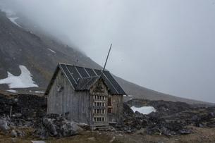 Abandoned cabin in mountain landscape. Varsolbukta, Bellsund bay, Van Mijenfjorden,, Spitsbergen, Svの写真素材 [FYI03619086]