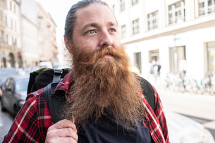 Male traveller hipster on streets, Berlin, Germanyの写真素材 [FYI03619131]