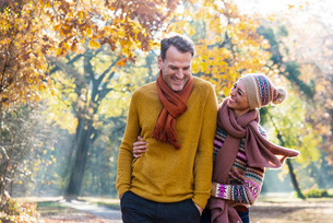 Couple walking in autumnal park, Strandbad, Mannheim, Germanyの写真素材 [FYI03619276]