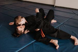 Coach and student wrestling in studioの写真素材 [FYI03619389]