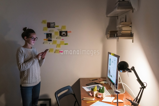 Woman working late at homeの写真素材 [FYI03619677]
