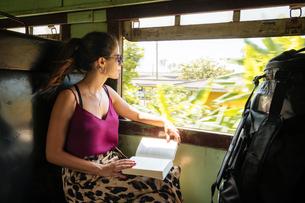 Woman on local train, Galle, South Coast, Sri Lankaの写真素材 [FYI03619724]