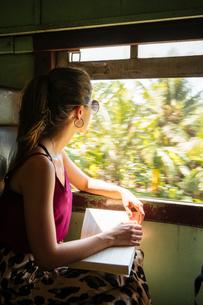 Woman on local train, Galle, South Coast, Sri Lankaの写真素材 [FYI03619726]