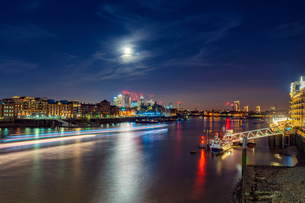 Night view of Thames river and financial district, Isle of dogs in background, City of London, UKの写真素材 [FYI03619813]